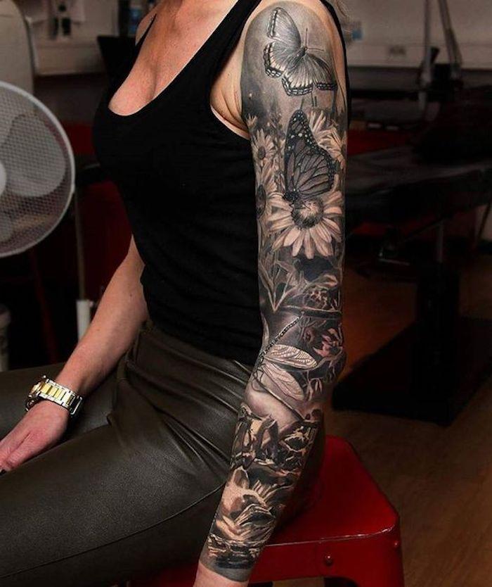 manche tatouage papillons et fleurs, marguerites blanches, papillons, libellules, design tatoo réaliste