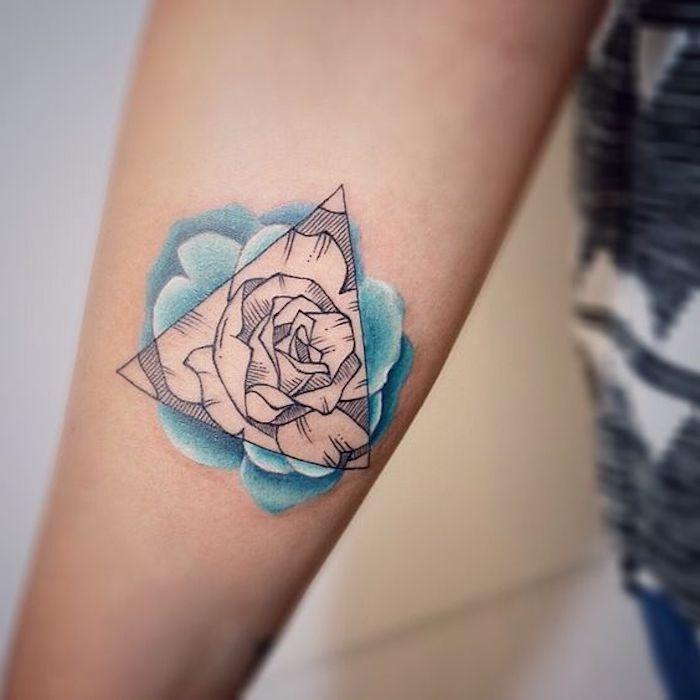 triangle qui comprend une image de rose, tatouage femme en noir et bleu, modèle tatouage original