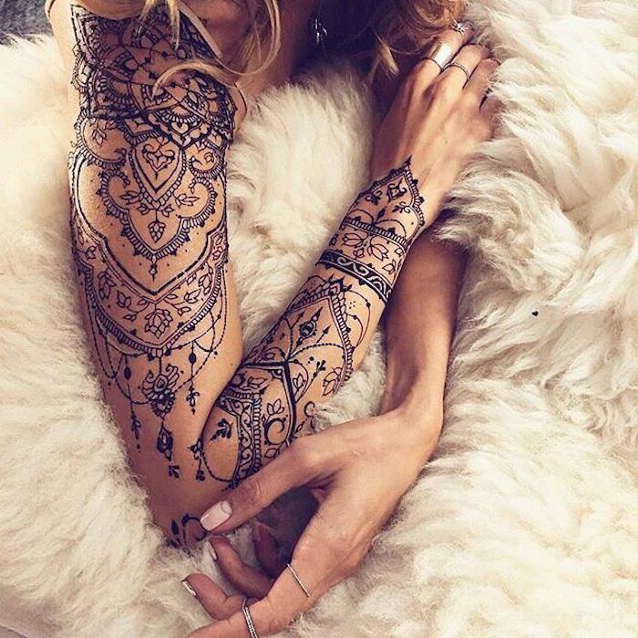 idée tatouage henné, plusieurs pendentifs et dentelle noire, plaid fourrure, cheveux blonds