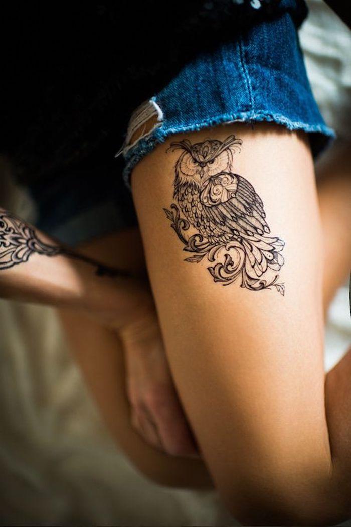 hibou tatoué à la jambe, short denim, tatouages animaux totem, encre noire, tatouage détaillé