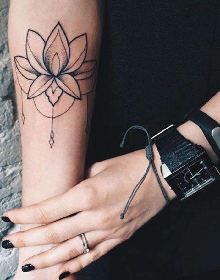 fleur de lotus tatoué à l avant bras, pendentifs, tatouage femme monochrome