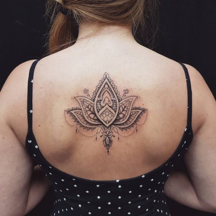 tatouage lotus, pendentifs, robe dos nu, tatouage dos femme, cheveux châtains