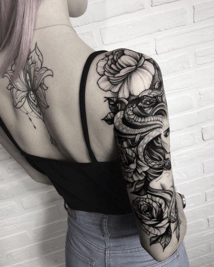 tatouage lotus au dos, tatouage de femme méduse impressionnant sur le bras, fleurs