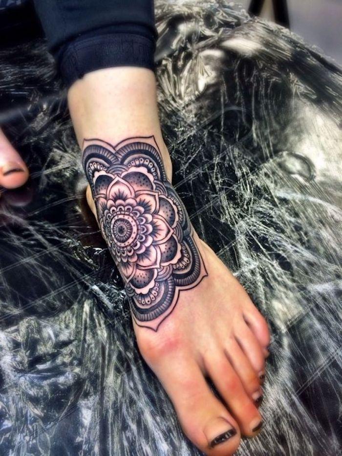 tatouage mandala au pied, design de tatouage floral, encre noire, tatouage de femme romantique