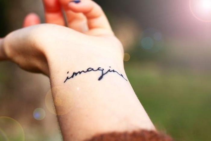 tatouage femme script au poignet, tatouage noir discret, se tatouer des textes inspirants