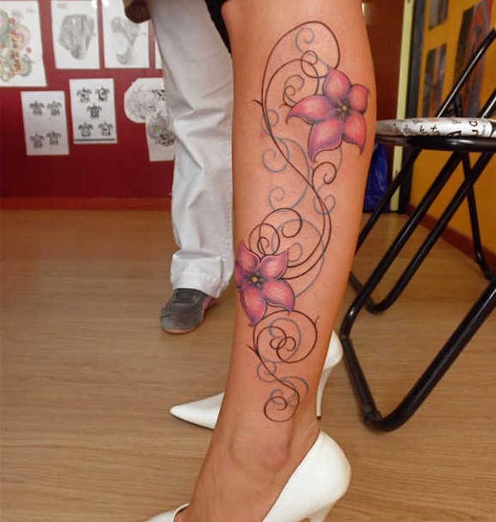 tatouage le long du mollet, escarpins blancs, tatouage dessin floral, motifs de tatouage végétaux