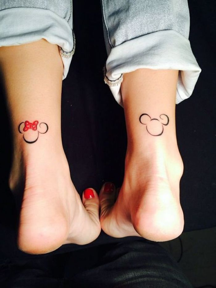 tatouage mickey, tatouage minimaliste, jeans bleus, tatouage en rouge et noir, tatouage femme