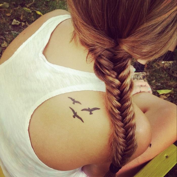 cheveux longs, coiffure en tresse épi de blé, débardeur blanc, trois oiseaux en vol à l encre noire