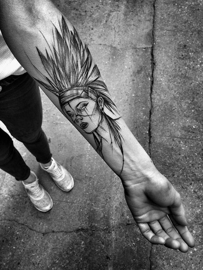 tatouage avant bras indienne, coiffe indienne, tatouage tribal visage de femme, sneakers blancs