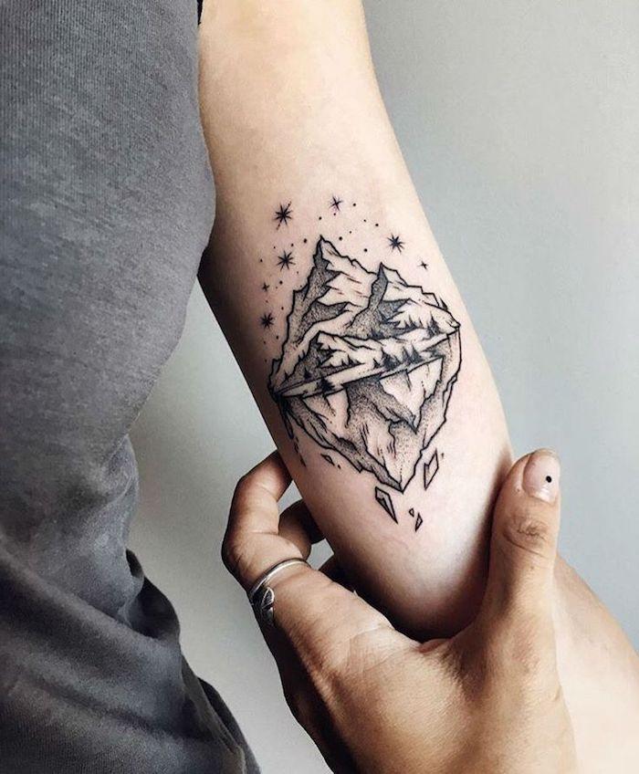 tatouage montagne et réflexion, ciel étoilé, se tatouer l avant bras, paysage inspirant