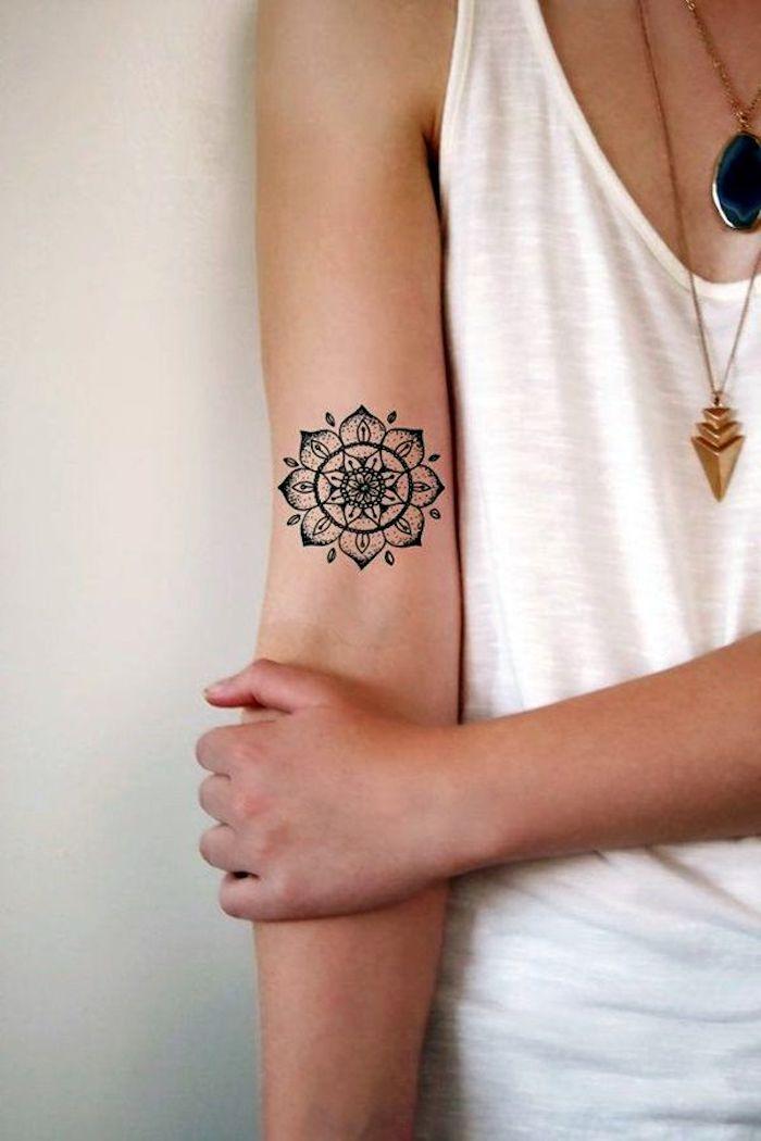 tatouage mandala, colliers pendentifs, débardeur blanc, symbole de la complétude et la perfection