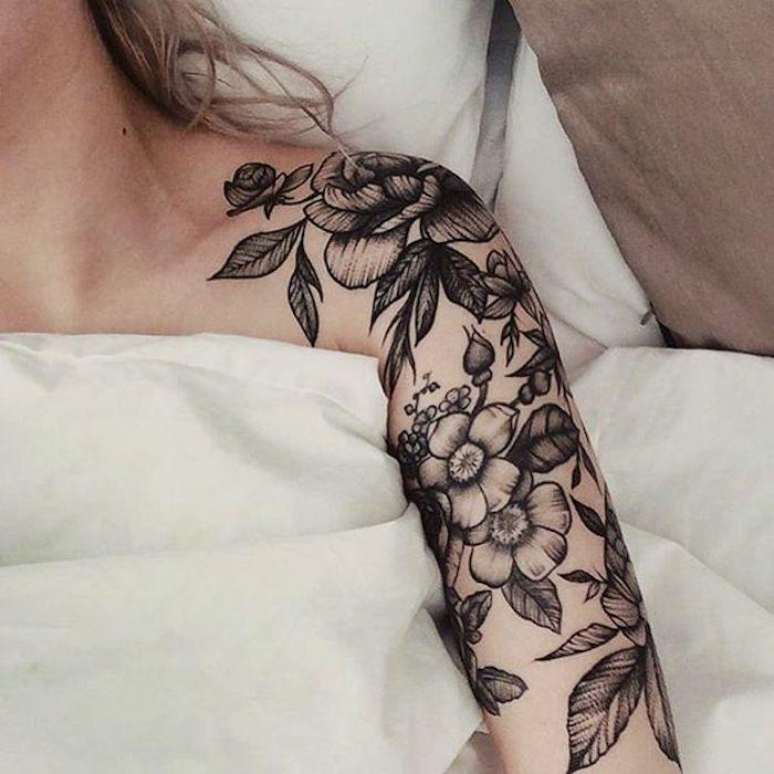 manche tatouage femme, rose et fleurs de cerisier, un grand tatouage noir pour femme