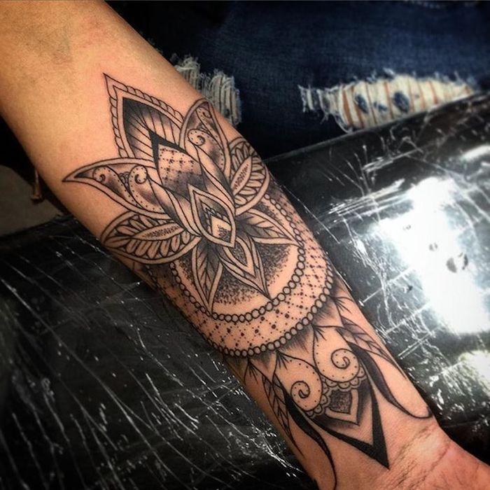 idée tatouage grande surface, tatouage avant bras femme, lys mandala aux motifs géométriques