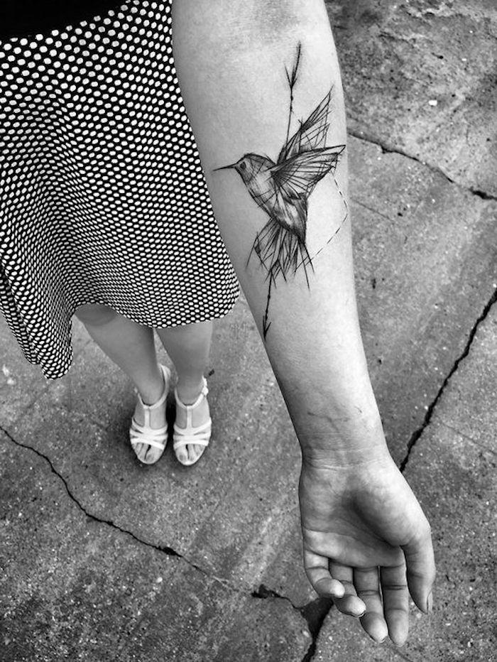 tatouage avant bras femme, oiseau et flèche, jupe pointillée, sandales blanches, petit tatouage monochrome