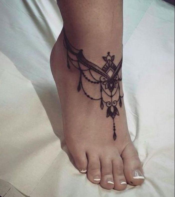 tatouage pied motif indien, pendentifs, tatouage femme noir, idée tatouage cool