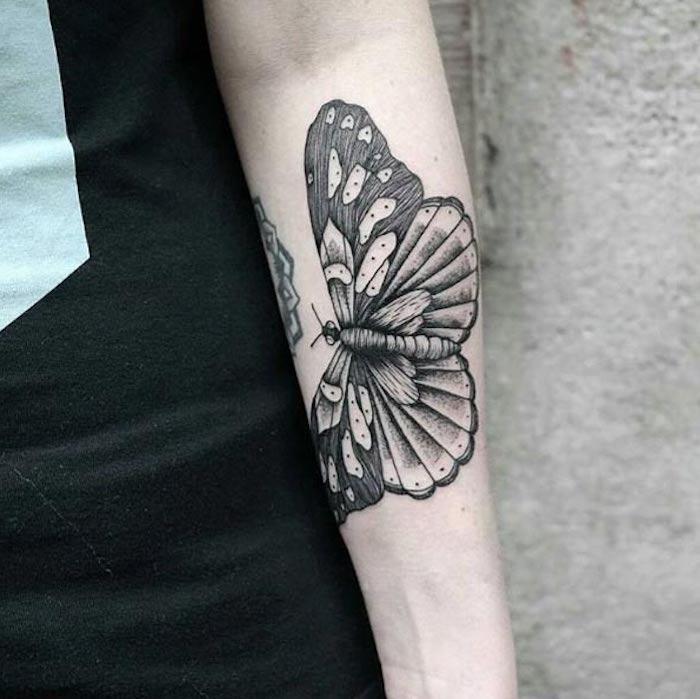 tatouage avant bras femme, papillon en noir et blanc, image symbolique associé à la transformation