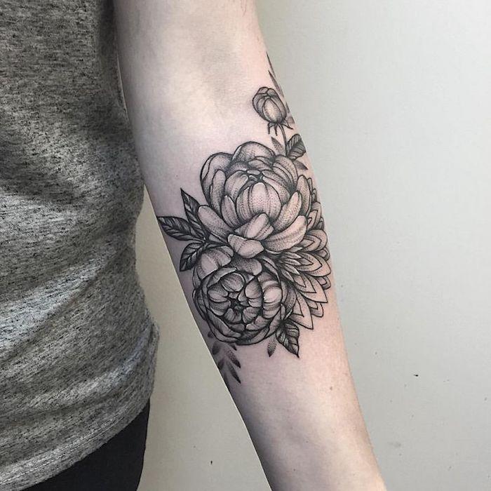 tatouage pivoines, tatouage à l'encre noire, avant bras femme, fleurs épanouies monochromes