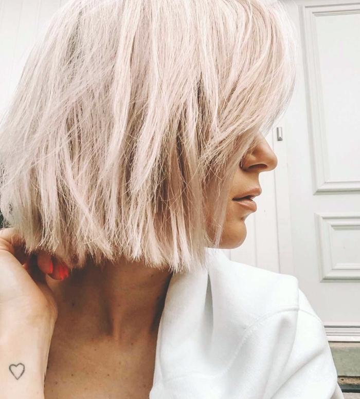 coloration tendance 2019 couleur blond rose, idée comment styliser les cheveux en coupe carré mi long lisses
