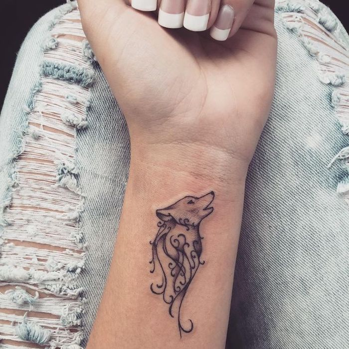 tatouage poignet loup, petit tatouage au poignet monochrome, manucure française ongles carrés