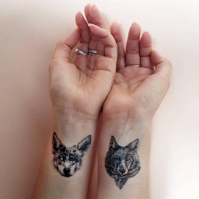 tatouage poignet femme, loups, tatouage d'animaux totem, bagues argent, tatouage femme cool