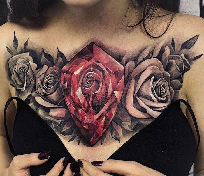 grand diamant rouge et roses noires tatoués à la poitrine, robe bretelles fines, manucure noire