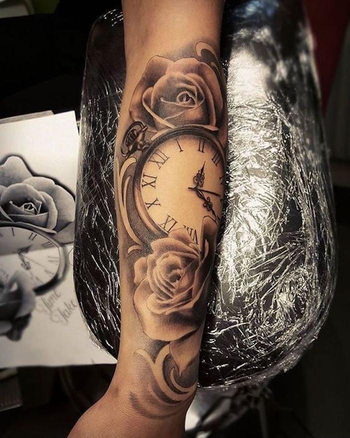 grand tatouage femme style steampunk, image horloge vintage, roses épanouies, bras et avant bras