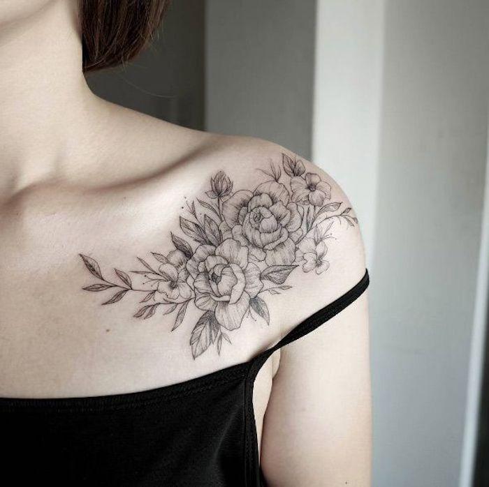 tatouage épaule, bretelle noire, tatouages aux motifs floraux sous la clavicule d'une femme