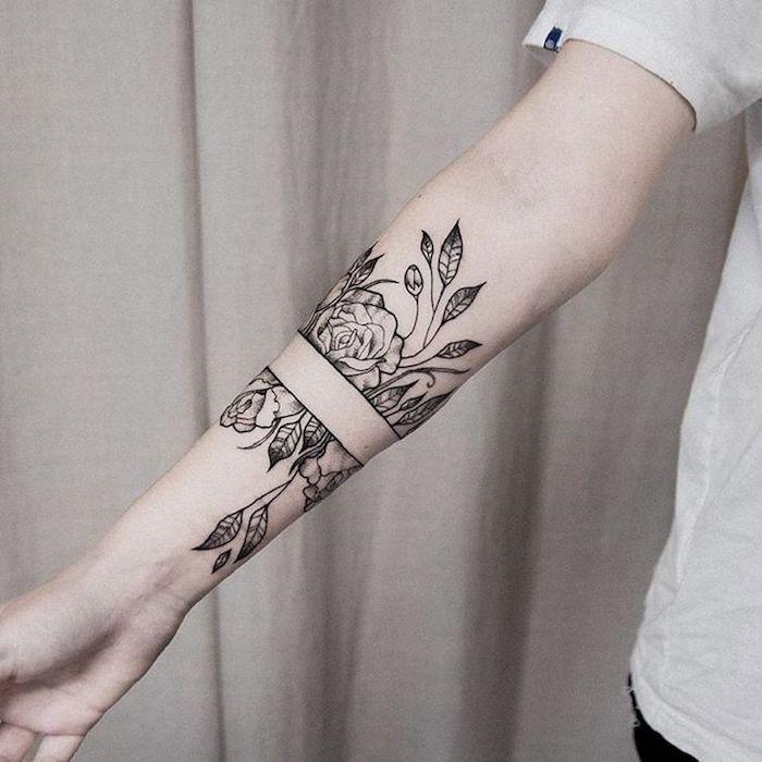 tatouage roses noir, feuillage, tatouages aux motifs floraux, t shirt blanc, modèle de tatouage