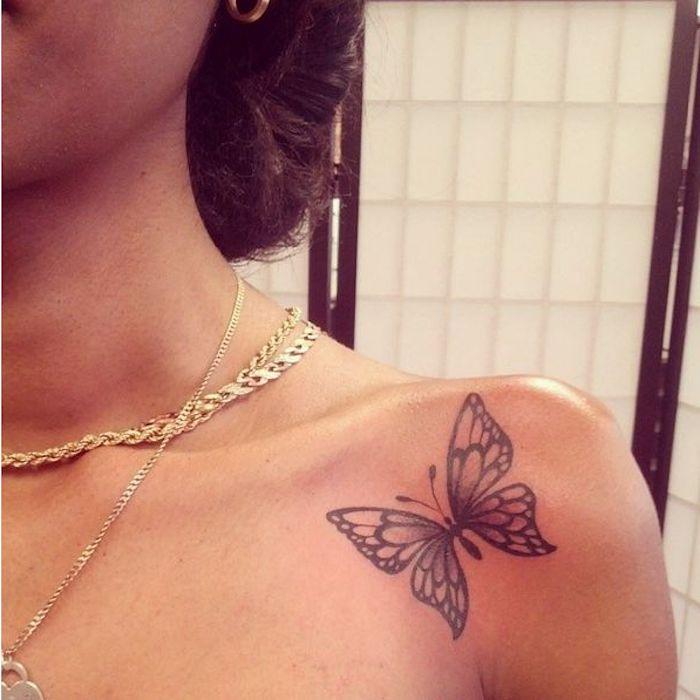 colliers chaîne en or, papillon sous épaule, coiffure chignon loose, boucles d oreilles en or