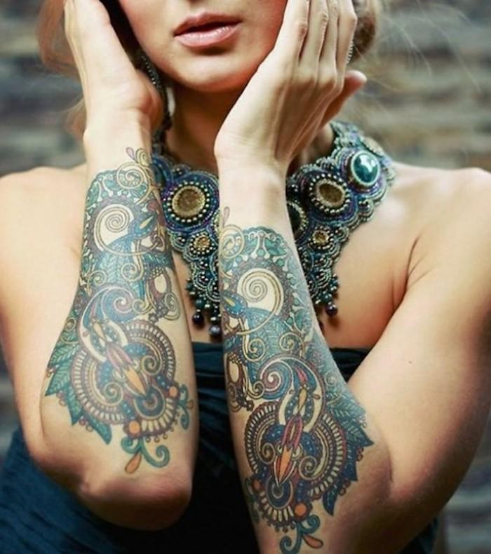 tatouage avant bras et collier statement, modele tatouage coloré, bustier bleu
