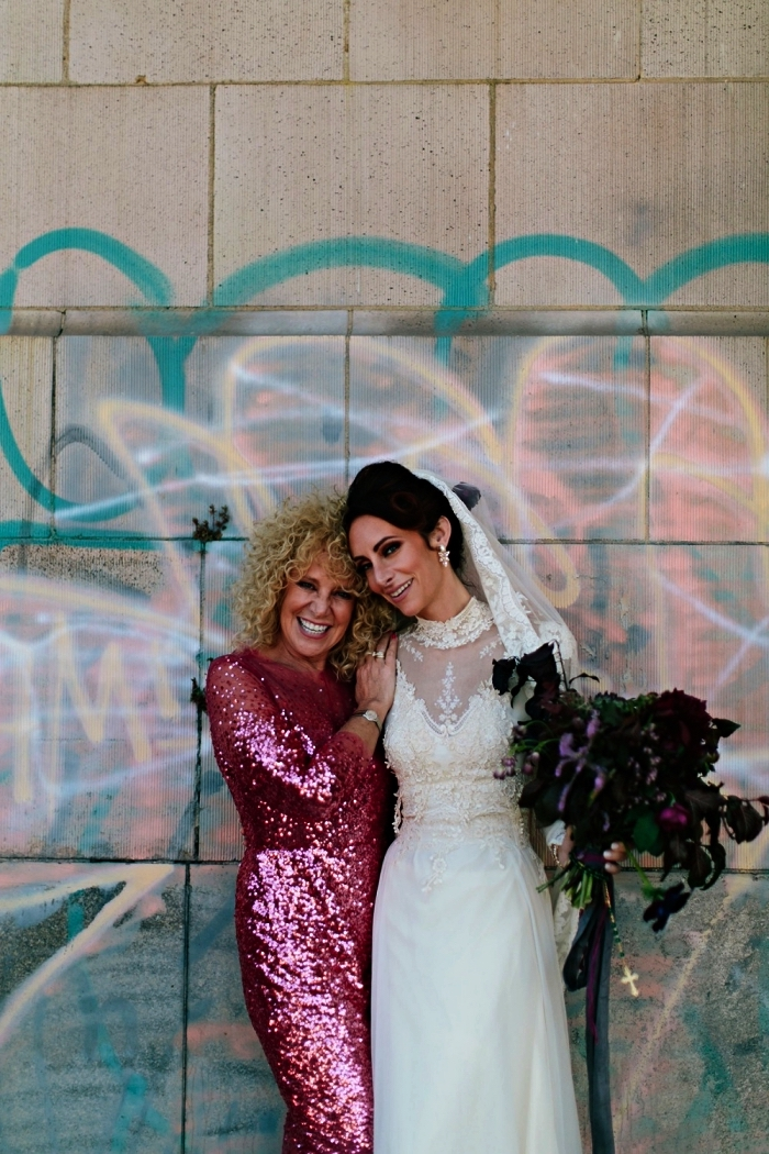 modèle original de robe chic pour mariage, robe à sequins à manches trois quart pour la mère de la mariée moderne