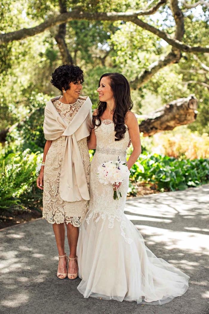 robe chic pour mariage, robe longueur genou en dentelle guipure portée avec une étole de la même couleur écru