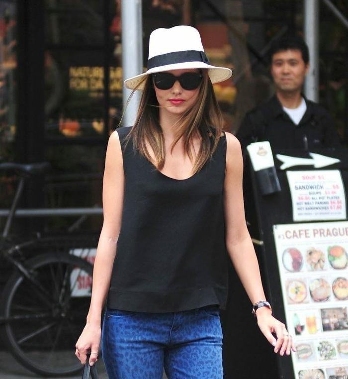 chapeau panama ruban noir, robe noire, pantalon bleu, lunettes de soleil, chapeau femme élégant