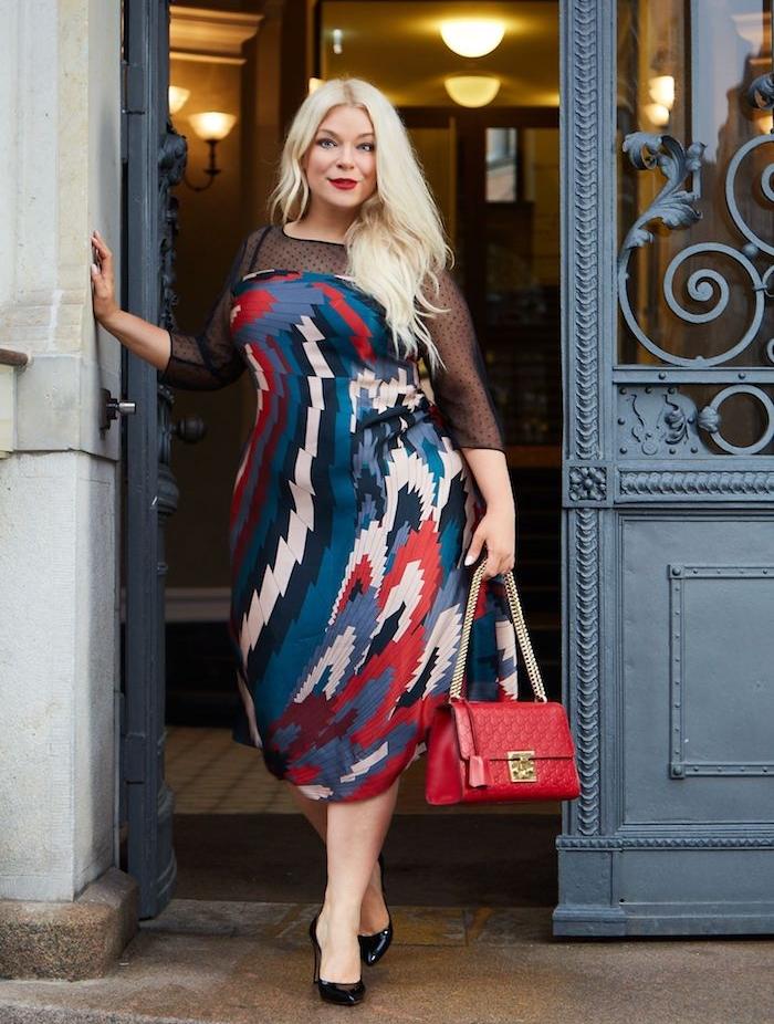 modele de robe grande taille colorée à couleurs variées et top transparent avec manches transparentes