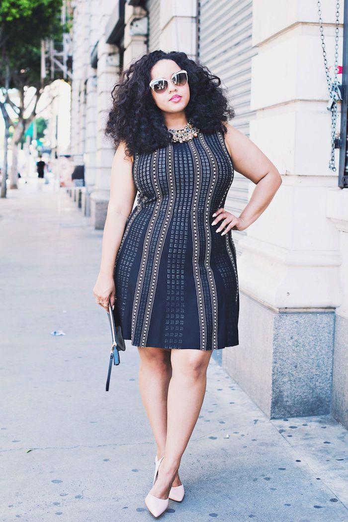 couleur noire de robe à éléments dorés et collier original, lunettes de soleil femme aux cheveux bouclés, chaussures rose