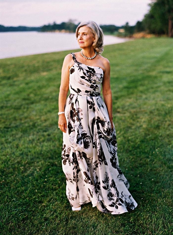 une robe de soirée longue à une épaule et à imprimé floral, mariage champetre tenue pour la mère de la mariée