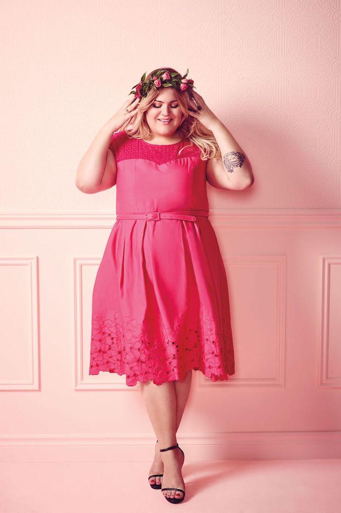 idée de robe rose à bas en dentelle et rop dentelle, couronne de fleurs sur la tête d une femme, robe invitée mariage