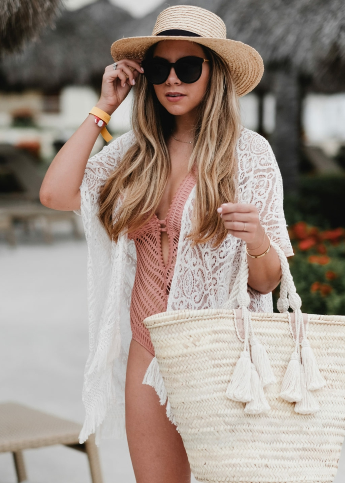 tenue de plage, chapeau d été pour femme, maillot de bain rose, gilet blanc, sac panier en paille, lunettes oversize