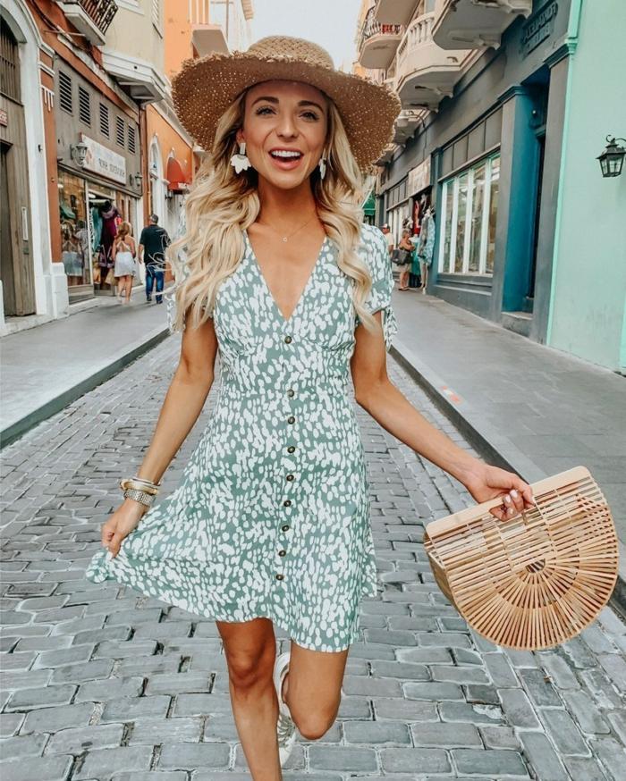 sac panier tendance, robe légère avec boutons, chapeau paille femme destructuré, sneakers blancs