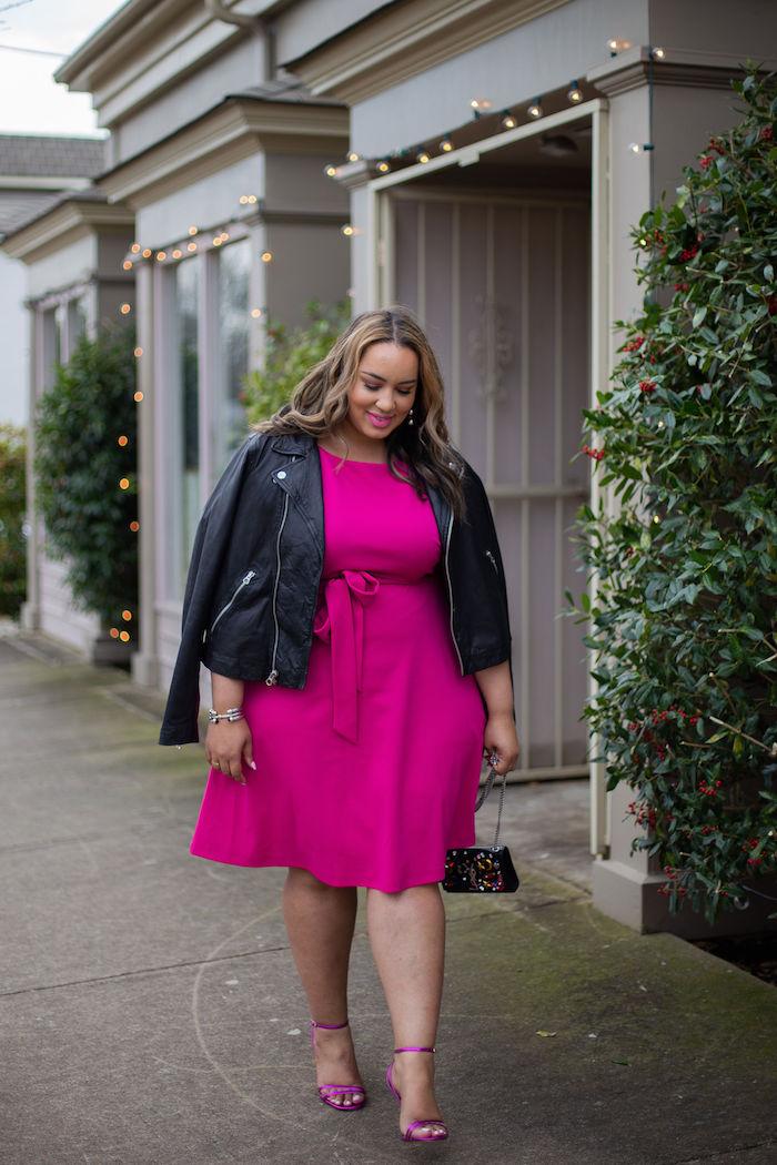 robe fuchsia élégante pour femme ronde avec taille serrée d une ceinture, veste en cuir noire, jupe évasée