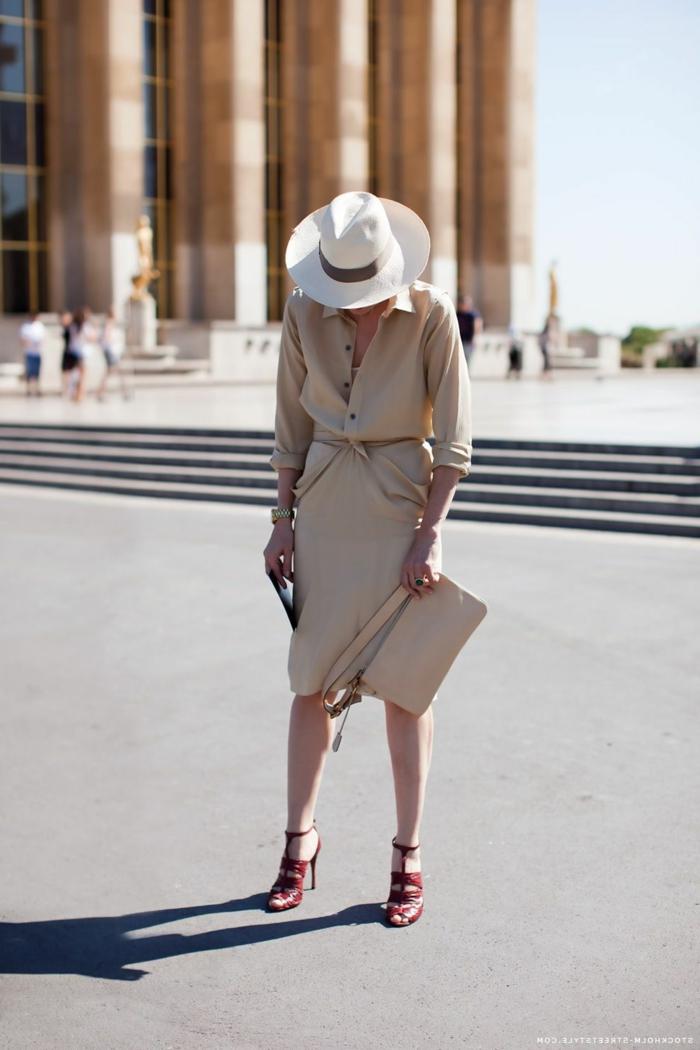 robe élégante, chapeau blanc, sac crème, robe avec boutonnière, chapeau panama femme, sandales rouges