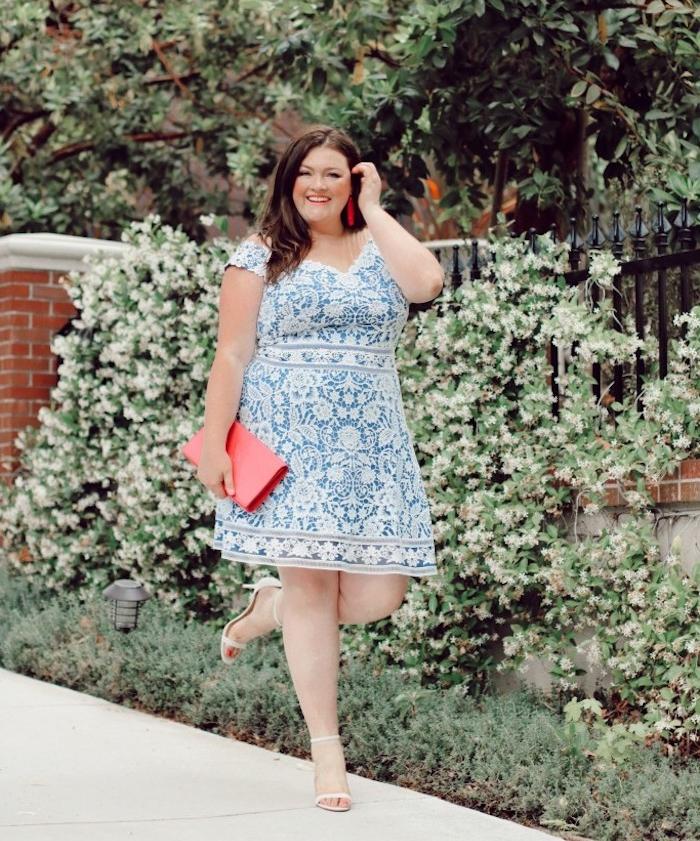 idée de robe bleue t blanc effet dentelle femme à imprimé fleuri mandala et broderies, pochette femme rouge