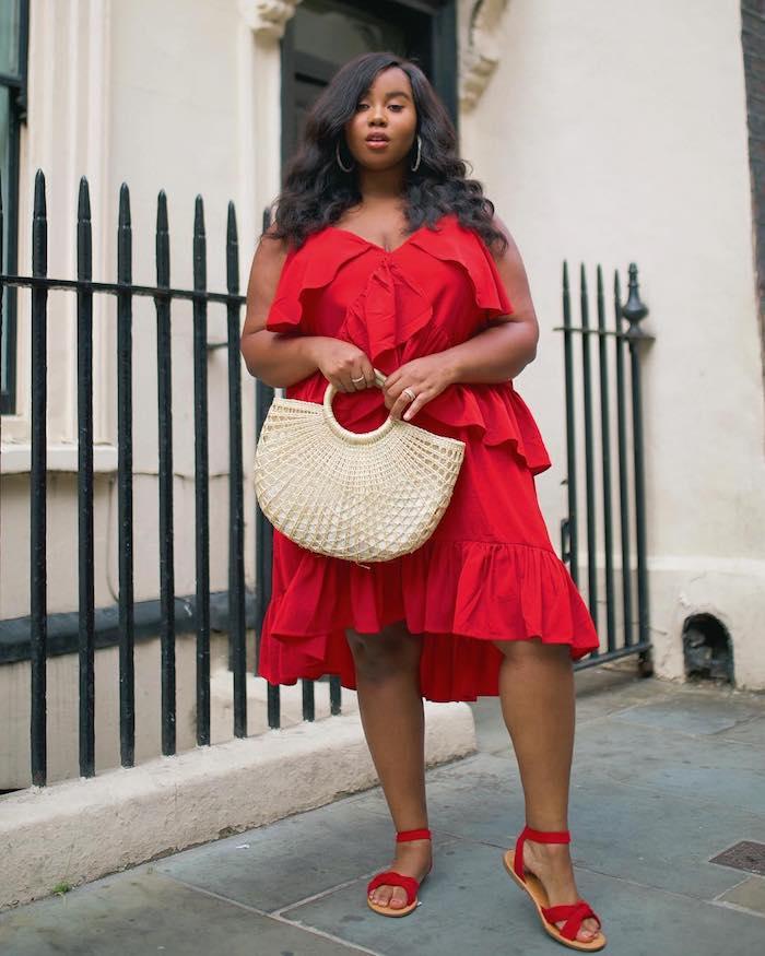 robe rouge pour femme ronde à volant mi longue et accessoirisée d un sac cabas et sandales rouges