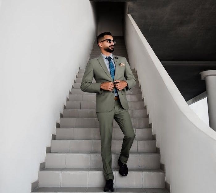 vostume gris clair, cravate bleue à rayures et chemise gris clair, lunette de soleil homme, veste cintrée