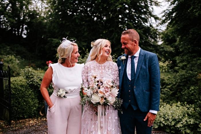 tailleur femme mariage pour la mère de la mariée, tailleur mère de la mariée à taille haute avec pantalon rose et haut blanc contrastant