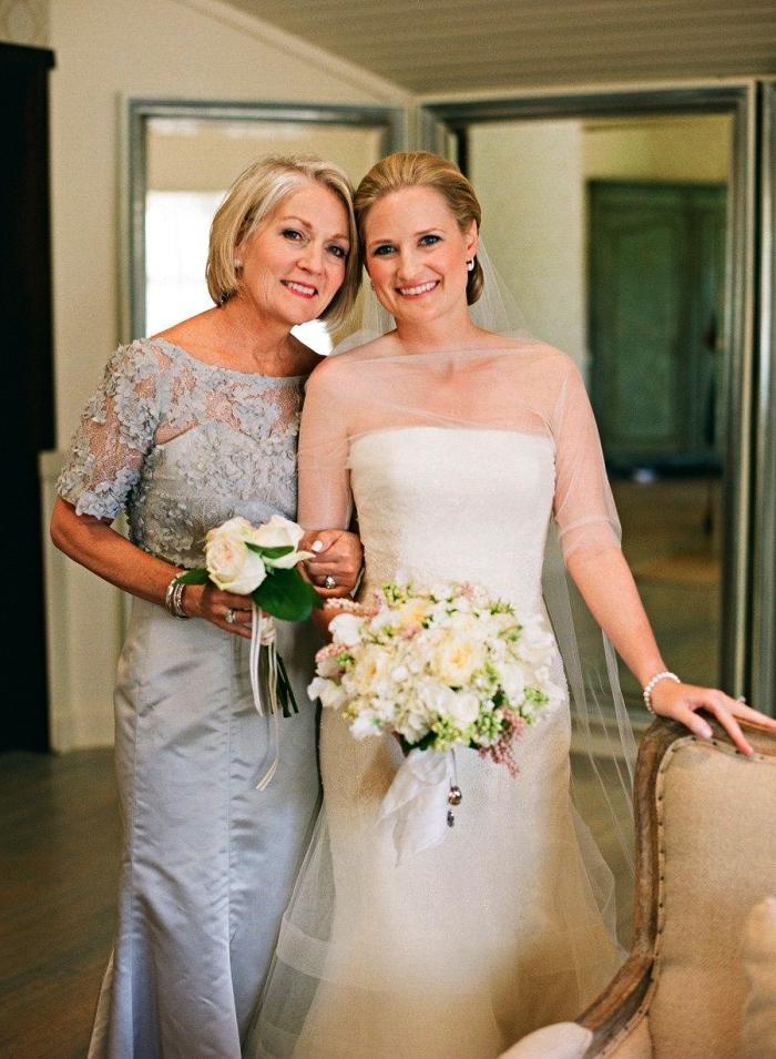 quelle tenue de soirée pour la mère de la mariée, robe de soirée pour mariage couleur bleu-gris avec haut en dentelle