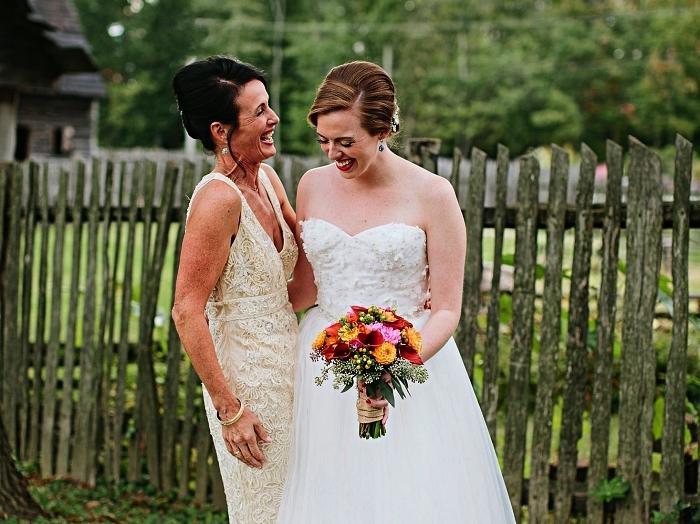 idée de tenue mariage femme 50 ans, robe en dentelle couleur blanc cassée avec petite ceinture à la taille