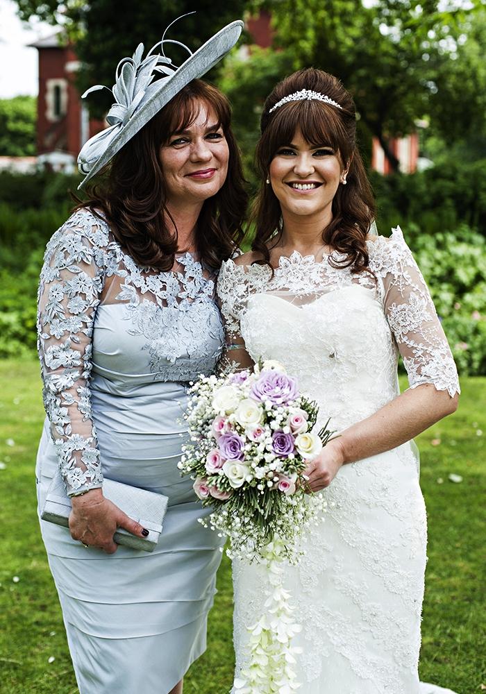 robe de cocktail bleu ciel à haut en dentelle et tulle accessoirisée avec un chapeau de mariage assorti, idée de tenue mariage femme 60 ans pour la mère de la mariée