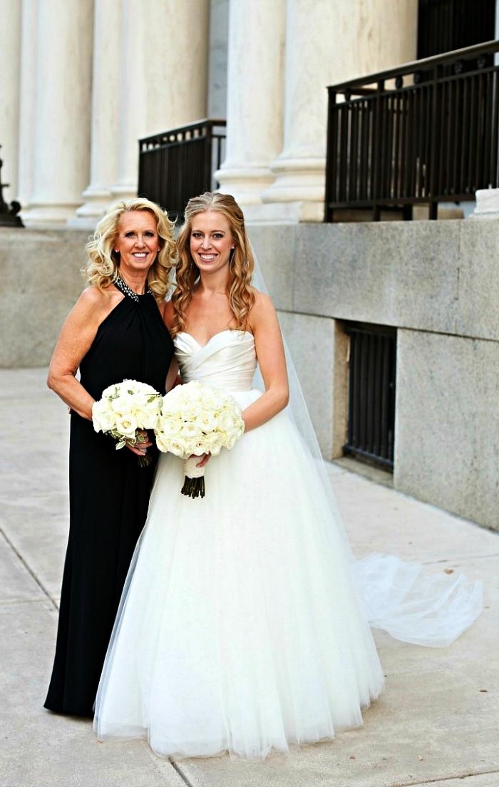 tenue mariage femme 60 ans pour la mère de la mariée, robe longue et fluide couleur noire à col ras-de-cou