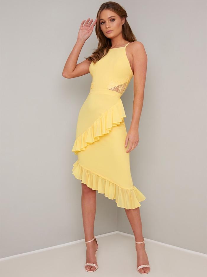 Choisir le jaune comme couleur pour sa robe de mariage invitée, robe de cocktail pour mariage chic, robe invitée mariage, femme élégante